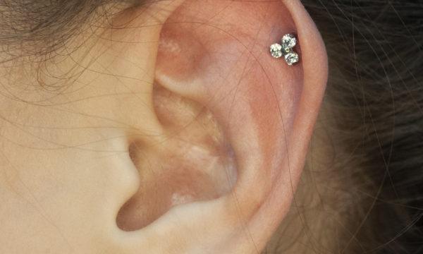 Пирсинг хряща уха хеликс