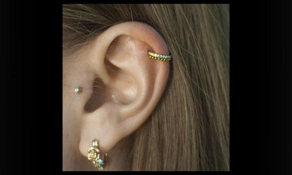 Пирсинг хряща уха хеликс и трагус