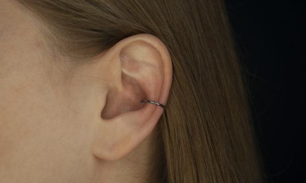 Пирсинг хряща уха конч с кольцом